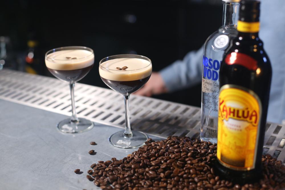 Conheça a história do Espresso Martini, um clássico contemporâneo